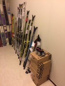 Ski- og ishockeyutstyr til flyktningetenestene i Lom og Skjåk