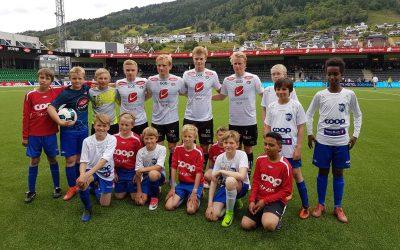 Lom G12 var ballgutar og spelte pausekamp på Sogndal-Rosenborg